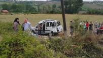 CANER YıLDıZ - Civcivi Ezmemek İçin Kaza Yaptı Açıklaması 8 Yaralı