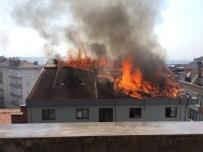OSMAN YıLMAZ - 5 Katlı Binanın Çatısı Alevlere Teslim Oldu