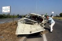 AYDINLATMA DİREĞİ - Manisa'da Otomobil Aydınlatma Direğine Çarptı Açıklaması 4 Yaralı