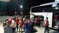 TAKIM OTOBÜSÜ - Yolda Kalan Futbolcuların İmdadına Taraftar Yetişti