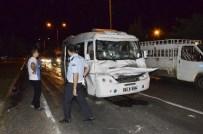 YOLCU MİNİBÜSÜ - Siverek'te Yolcu Minibüsü Kamyona Çarptı Açıklaması 7 Yaralı