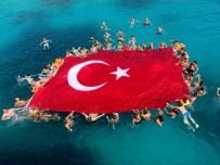 GEZİ TEKNESİ - Zafer Bayramı İçin Denizde 120 Metrekarelik Bayrak Açıldı