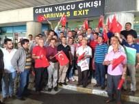 İBRAHIM SAĞıROĞLU - Darbe Gecesi Yaralanan Trabzonlu Muhtar Havalimanında Bayraklarla Karşılandı