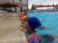 Kartepe Bilgi Evi Öğrencileri Yüzme Havuzunda