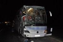 SEKILI - Yozgat'ta Yolcu Otobüsü İle Biçerdöver Çarpıştı Açıklaması 5 Kişi Yaralandı