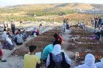 AHMET ÇELIK - Bombalı Saldırıda Ölenlerin Defnedildiği Mezarlıktaki Tablo Yürekleri Dağladı