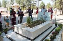 EVLAT ACISI - Şehit Ömer Halisdemir'in kabri ziyaretçi akınına uğradı