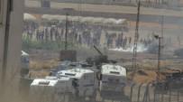 KOBANİ - Sınırda Toplanan Kalabalığa Askerler Müdahale Etti