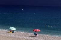 HAVA SICAKLIĞI - Antalya'da Yağmurda Deniz Keyfi