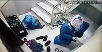GENÇ KIZLAR - Ayakkabıların içinde anahtar aradılar, güvenlik kamerasını görünce kaçtılar