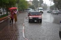 SU BASKINI - Bigadiç'te Vatandaşlar Yağmura Hazırlıksız Yakalandı