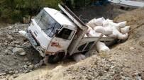 HÜSEYIN AYAZ - Saman Yüklü Kamyon Takla Attı Açıklaması 1 Yaralı