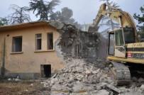 SAĞLIK OCAĞI - Söğüt'te Uzun Zamandır Boş Olan Eski Sağlık Ocağı Ve Lojman Binalarının Yıkımına Başlanıldı