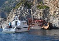 GEZİ TEKNESİ - 45 Turist Taşıyan Tekne Kayalıklara Çarptı