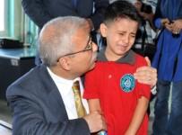İL MİLLİ EĞİTİM MÜDÜRLÜĞÜ - 'Baba' Diye Ağlayan Çocuğu Vali Güvençer Teselli Etti