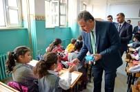 SOSYAL HİZMETLER - Büyükşehir Belediyesinden Öğrencilere Diş Macunu Ve Fırçası