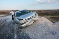 MUSTAFA ARSLAN - Kontrolden Çıkan Otomobil Mucura Çarparak Durabildi