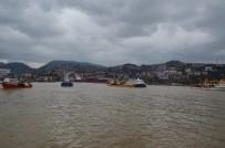 SAĞANAK YAĞIŞ - Şiddetli Fırtınada Tekneler Limana Sığındı