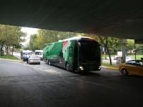 GÜZERGAH - Bursaspor takım otobüsü yolda kaldı