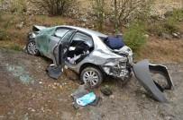 AHMET HAMDI AKPıNAR - Çorum'da Otomobil Tarlaya Uçtu Açıklaması 2 Yaralı