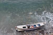BALIK TUTMAK - Kıyıya Vuran Kayıkta Ölü Bulundu