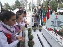Şehit Ömer Halisdemir'in Mezarlığını Ziyaret Eden Öğrenciler Gözyaşlarını Tutamadı