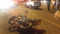 ATATÜRK BULVARI - Otomobil İle Motosiklet Çarpıştı