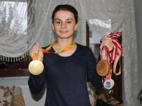 ALTIN MADALYA - Görme Engelli Sporcu Tarih Yazdı, Ödülü Ailesine Getirdi
