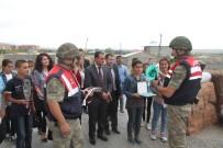 KARAKOL KOMUTANI - Kız Öğrencilerden, Görev Başındaki Mehmetçik Ve Polise Anlamlı Ziyaret