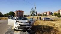 YıLDıRıM BEYAZıT - Ankara'da 2 Otomobil Çarpıştı Açıklaması 3 Yaralı