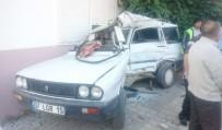 SARıLAR - Halk Otobüsü Park Halindeki Otomobili Hurdaya Çevirdi Açıklaması 1 Yaralı