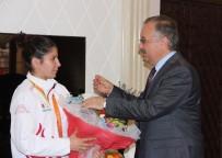 ENGELLİ KADIN - Türkiye'nin İlk Paralimpik Gururuna Vali Özdemir'den Çeyrek Altın