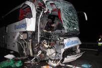 SÜLEYMAN KOÇ - Otomobille Kamyon Çarpıştı Açıklaması 1 Ölü, 39 Yaralı