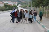 YENIKENT - Bursa'da Onlarca Öğrenci Okula Gitmek İçin Her Gün Kilometrelerce Yürüyor