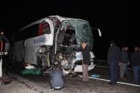 TRAFIK KAZASı - Yolcu otobüsü kamyonla çarpıştı