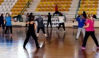Burhaniye'de Hanımlar Uzman Eşliğinde Spor Yapıyor