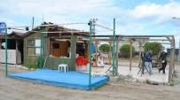 İNŞAAT RUHSATI - Mudanya Sahilindeki Kıyı Çizgisine Uygun Olmayan Kafe Ve Beachler Yıkıldı