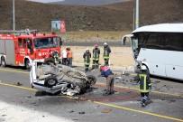 GÜVENLİK ÖNLEMİ - Otobüsle Çarpıştı, Hurdaya Döndü Açıklaması 1 Ölü, 4 Yaralı