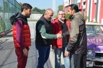 ESKIŞEHIRSPOR - Maça Giremeyen Taraftarlar, Futbolculara Baklava İkram Etti