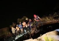 NECATI ÇELIK - Kontrolden Çıkan Otomobil Baraj Gölüne Uçtu Açıklaması 2 Yaralı