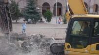 RAHMI DOĞAN - Tarihi Alandaki Betonarme Tuvaletler Yıkıldı