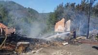 SAMANLıK - Akçakoca'da Çıkan Yangında İki Aile Bayram Öncesi Evsiz Kaldı