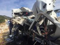 Kamyonlar kafa kafaya çarpıştı, sürücüler hayatını kaybetti