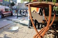 OTOBÜS DURAĞI - Freni Patlayan Kamyon Otobüs Durağına Daldı Açıklaması 2 Yaralı