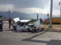 TAYTAN - Manisa'da Otomobille Kamyon Çarpıştı Açıklaması 1'İ Ağır 2 Yaralı