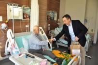 AYVALIK BELEDİYESİ - Ayvalık'ta Başkan Gençer'den Hasta Ve Yaşlılara Yılbaşı Ziyareti
