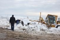KAR KÜREME ARACI - Karda Mahsur Kalan Araçlar Kurtarıldı
