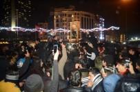 TAKSIM - Kimisi Mendil Sattı, Kimisi Taksim'de Halay Çekti