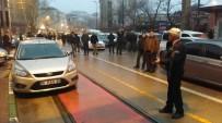 İPEKBÖCEĞİ - Tramvay Yoluna Aracını Park Etti, Kendisini Arayan Polise 'Namazdayım Konuşamıyorum' Mesajı Attı