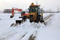 İŞ MAKİNASI - Başiskele'de Buzlanan Yollar Temizleniyor